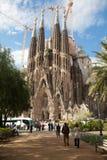 敬佩La Sagrada Familia的游人 免版税库存图片