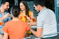 敬酒与一个刷新的夏天的快乐的朋友喝 免版税图库摄影