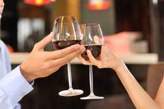 敬酒与酒杯的两个人 免版税库存图片
