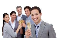 敬酒与香宾的成功的企业小组 免版税库存照片