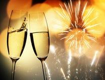 敬酒与香槟玻璃 免版税库存图片