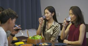 敬酒和喝在晚餐会的小组朋友酒 影视素材