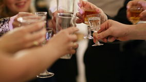 敬酒在庆祝的人 影视素材