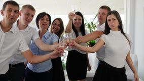 敬酒在玻璃用香槟入商务伙伴的胳膊现代办公室空间的 影视素材