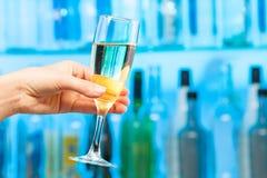 敬酒在水晶玻璃的妇女手香槟 免版税库存照片
