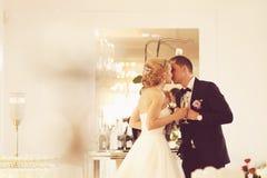 敬酒在他们的婚礼之日的新娘和新郎 图库摄影