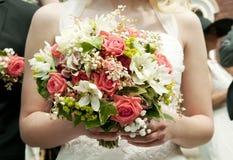 敬酒婚礼的夫妇 免版税库存照片