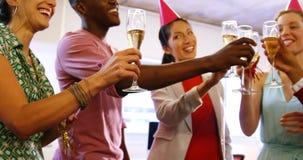 敬酒杯香槟的商业主管 股票录像