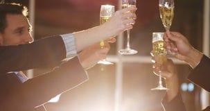 敬酒杯香槟的小组买卖人