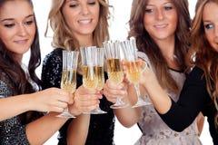 敬酒用在圣诞节的香槟的小组朋友 免版税库存图片