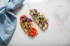 敬酒用蕃茄、芝麻菜、rucola、mozarella乳酪、面包和绿色 免版税图库摄影