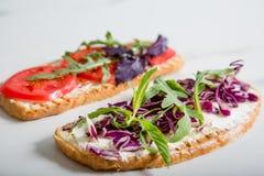 敬酒用蕃茄、芝麻菜、rucola、mozarella乳酪、面包和绿色 图库摄影