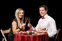 敬酒白葡萄酒的浪漫夫妇画象在 免版税图库摄影