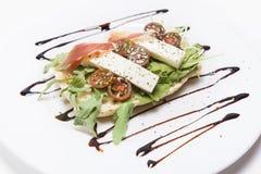 敬酒的乳酪和火腿用莴苣和蕃茄 免版税库存照片