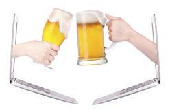 敬酒的啤酒显示互联网企业成就 免版税库存照片