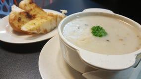 敬酒的蒜味面包和热的蘑菇汤 免版税图库摄影