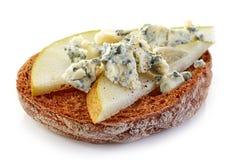 敬酒的面包切片用梨和青纹干酪 免版税库存图片