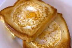 敬酒的面包油煎用里面鸡蛋 查出 免版税库存照片