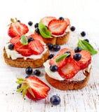 敬酒的面包用乳脂干酪和草莓 免版税图库摄影