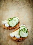 敬酒的面包用咸味干乳酪和黄瓜 库存图片
