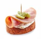 敬酒的面包用火腿和乳脂干酪 免版税库存照片