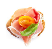 敬酒的面包用熏制的肉和蕃茄 免版税库存照片