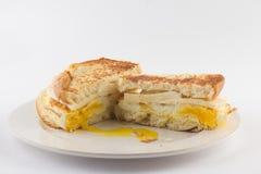 敬酒的面包用鸡蛋和乳酪 库存图片
