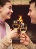 敬酒葡萄酒杯的一对浪漫夫妇的画象 免版税库存照片