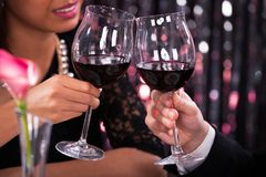 敬酒葡萄酒杯的夫妇在餐馆 免版税图库摄影