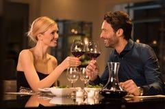 敬酒葡萄酒杯的夫妇 免版税库存图片