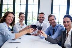 敬酒酒杯的买卖人画象在工作午餐会议期间 免版税库存照片