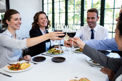 敬酒酒杯的小组买卖人在工作午餐会议期间 库存照片