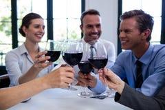敬酒酒杯的小组买卖人在工作午餐会议期间 免版税库存图片