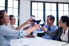 敬酒酒杯的小组买卖人在工作午餐会议期间 免版税库存照片