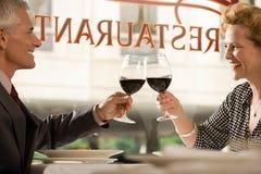 敬酒酒的夫妇 免版税库存照片