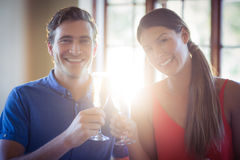 敬酒香槟槽的年轻夫妇画象,当吃午餐时 免版税库存照片