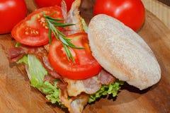 敬酒,多士面包,烟肉,火腿,蕃茄,莴苣 库存照片