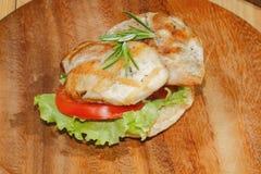 敬酒,多士面包,烤火鸡一片无骨的肉,蕃茄,莴苣, ro 免版税库存图片