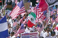 数十万个移民参加移民和墨西哥人的行军抗议反对非法移民改革 免版税图库摄影