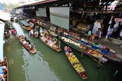数十个游人在Damonen Saduak浮动市场上 库存照片
