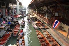 数十个游人在Damonen Saduak浮动市场上 免版税库存图片
