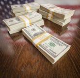 数千与美国国旗的反射的美元在表上的 免版税库存照片