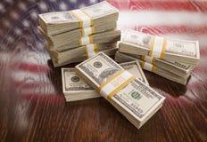 数千与美国国旗的反射的美元在表上的 免版税图库摄影