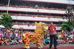数千公民手表舞狮表现 库存照片