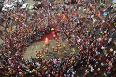 数千公民手表舞狮表现 免版税库存图片