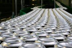 数千在传动机的饮料铝罐在工厂排行 免版税库存照片