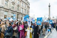 数千小辈医生抗议在伦敦 免版税图库摄影