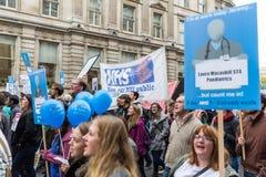 数千小辈医生抗议在伦敦 免版税库存图片