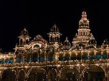 数千照亮的迈索尔宫殿电灯泡 迈索尔,卡纳塔克邦,印度 免版税库存照片
