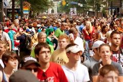 数千观众在亚特兰大龙骗局游行以后的积土街道 免版税库存图片